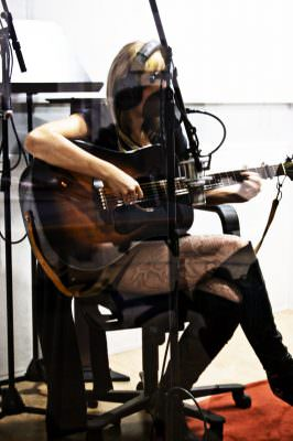 Sofia Talvik playing the guitar in the studio