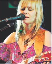 Sofia Talvik aus Schweden bei ihrem Konzert in der Untertrubacher Studio Lounge. Foto: Udo Güldner